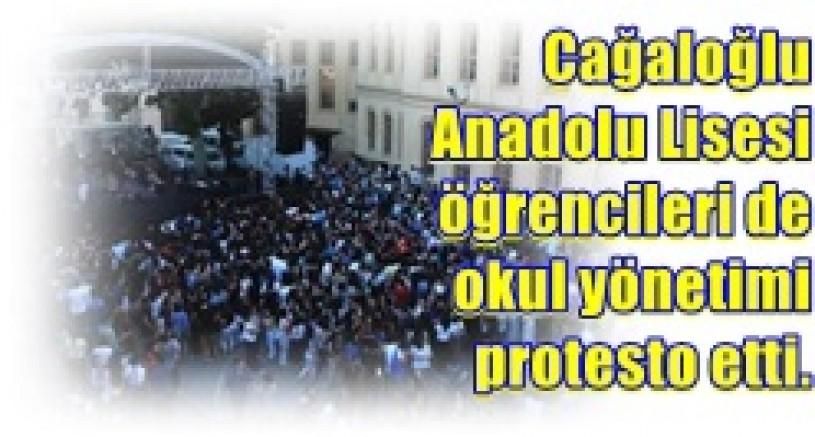 Cağaloğlu Anadolu Lisesi öğrencileri de okul yönetimi protesto etti.