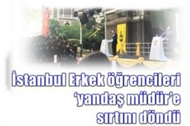 İstanbul Erkek öğrencileri 'yandaş müdür'e sırtını dönerek protesto etiler: